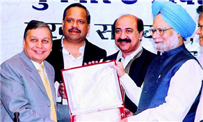 "Prime Minister Dr Manmohan Singh presents ""Best Regional Newspaper"" ""ILNA"" award to Editor-in-chief Rajendra Darda, Lokmat - October 4, 2007."