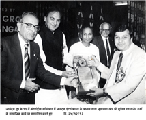 Rajendra Darda receiving award from actor Sunil Dutt and Giants International president Nana Chudasama for excellence in social work during the 19th International Convention of the Giants Group on December 12, 1993.