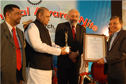 "Rajendra Darda receiving Award for ""Excellence in Strategic Business Communication and Audio-Visual Journalism"" from Maharashtra Governor K Sankaranarayanan 19th March 2010"