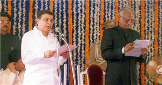 Rajendra Darda being sworn in as Minister in 1999 in Chief Minister Vilasrao Deshmukh's Cabinet.