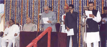 Rajendra Darda being sworn in as Minister in 2004 in Chief Minister Sushilkumar Shinde's Cabinet.