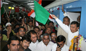 Rajendra Darda flagging off Janshatabdi Express on February 2, 2008 at Aurangabad Railway Station.