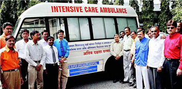 Rajendra Darda dedicating to public an ambulance donated from MP Vijay Darda's funds, 2009