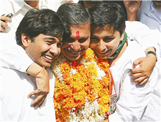 Rajendra Darda with sons Rishi and Karan after an election victory in October 2004.