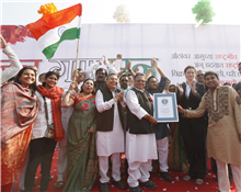 MP Vijay Darda, Rajendra Darda, Karan Darda, Ashoo Darda, Sheetal and Ruchira Darda at Guinness World Records JAN GAN MAN event Aurangabad January 25, 2012