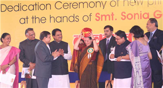 Congress President Sonia Gandhi being feted at a programme organised to inaugurate the new printing plant of Lokmat, at Pune, 2005. Also seen are Shivraj Patil Chakurkar, Vilasrao Deshmukh, Sonia Gandhi, Vijay Darda, Rajendra Darda and Rahul Bajaj.