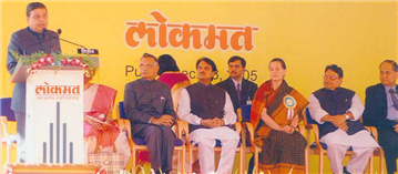 Rajendra Darda speaking at Lokmat's new printing plant inauguration programme at Pune, 2005. Seen in the photograph are Shivraj Patil Chakurkar, Vilasrao Deshmukh, Sonia Gandhi, Vijay Darda and Rahul Bajaj.