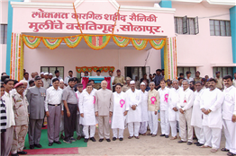 Inauguration of hostel for martyrs' daughters constructed from Lokmat Kargil Fund at Solapur, by Governor of Andhra Pradesh Sushilkumar Shinde, September 30, 2005.