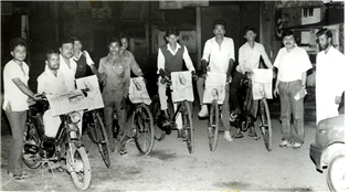 Rajendra Darda with newspaper vendors at 5 o clock in the morning at Aurangabad, 1984.