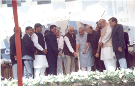 Rajendra Darda with Prime Minister Narendra Modi, who was then Chief Minister of Gujarat, during Maha-Expo 3 event at Aurangabad, 2003.
