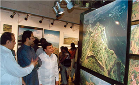 Rajendra Darda visiting exhibition of Shiv Sena Chief Uddhav Thackeray's photos