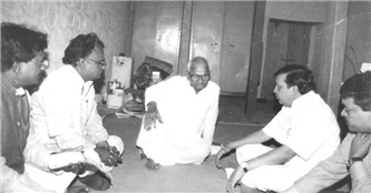Rajendra Darda with Anna Hazare at Ralegansiddhi in 1996.
