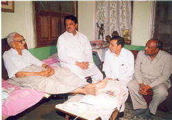 Rajendra Darda with Chief Minister Vilasrao Deshmukh enquiring after the health of veteran freedom fighter Padmavibhushan Govindbhai Shroff.