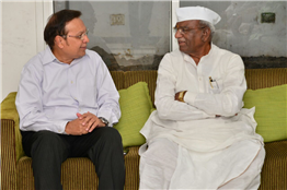 Rajendra Darda with legislative Assembly speaker Haribhau Bagade at Lokmat Bhavan, Aurangabad 2015.