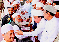 Rajendra Darda extending Eid greetings at Idgah, Aurangabad.