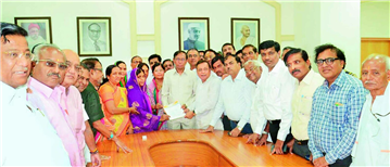 President of the Sakal Jain Samaj Rajendra Darda presenting a memorandum to divisional commissioner Umakant Dangat against the Santhara decision of the Rajasthan High Court.