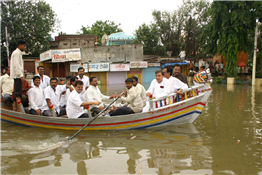 Rajendra Darda visiting flood-affected Paithan town.
