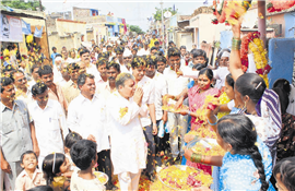 Rajendra Darda being offered a grand welcome in Ambedkarnagar on October 9, 2011