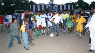 Rajendra Darda in action during the inauguration of a football tournament at Aamkhas ground, Aurangabad, 2004.