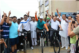Editor-in-Chief of Lokmat Group Rajendra Darda registers participation in a bicycle rally organised by Commissioner of Police Amitesh Kumar at Aurangabad 2015.