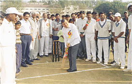 Rajendra Darda inaugurating a cricket tournament in Aurangabad.